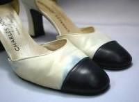 雨でシミができた革靴